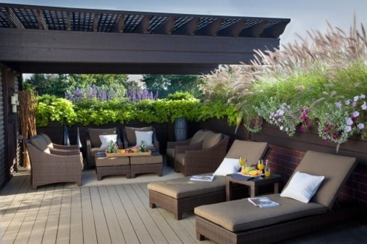 pergola-holz-grau-schick-edel-terrasse-bereich-modern-neu-liegestühle-tisch-couch