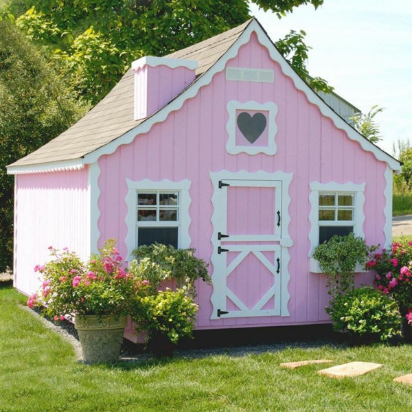 rosa-spielhaus-mit-super-design-spielen-im-garten