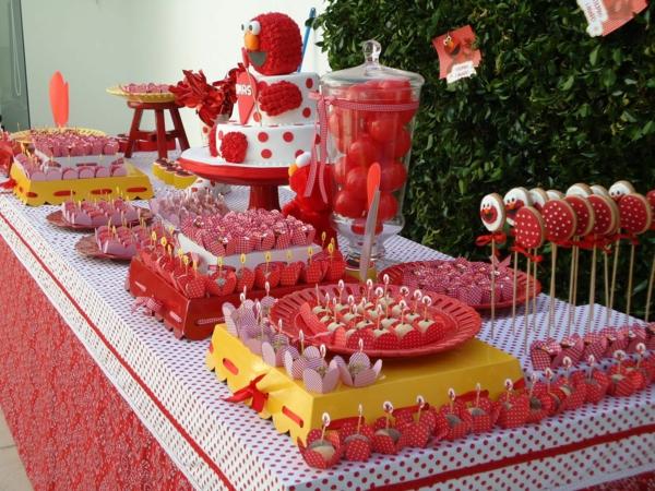 rote-und-weiße-tischdekoration-für-einen-kindergeburtstag-party-deko