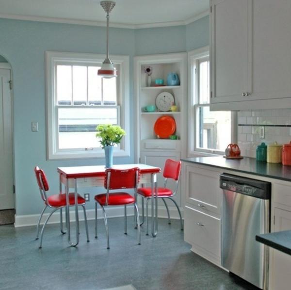 roter-tisch-und-rote-stühle-im-schönen-zimmer-vintage-küche