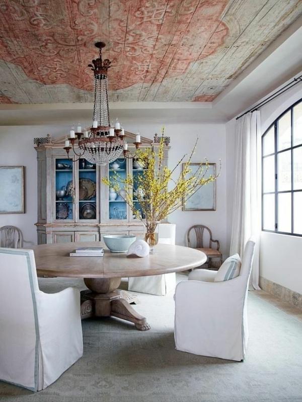 runder-esstisch-im-vintage-stil-und-weiße-stühle-im-schönen-esszimmer