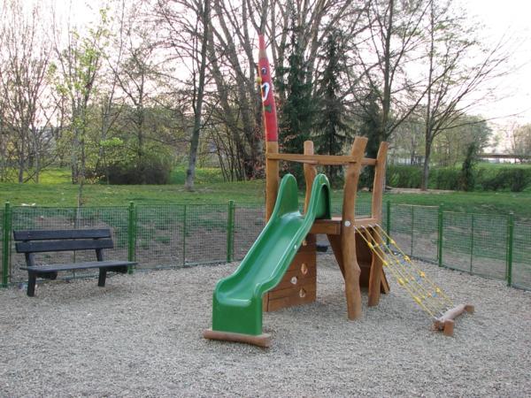 rutschen-am-spielplatz-in-grüner-farbe