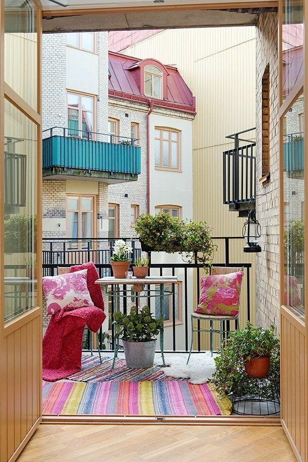 schöne-balkonmöbel-balkon-balkon-gestalten-balkon-ideen-bunter-teppich