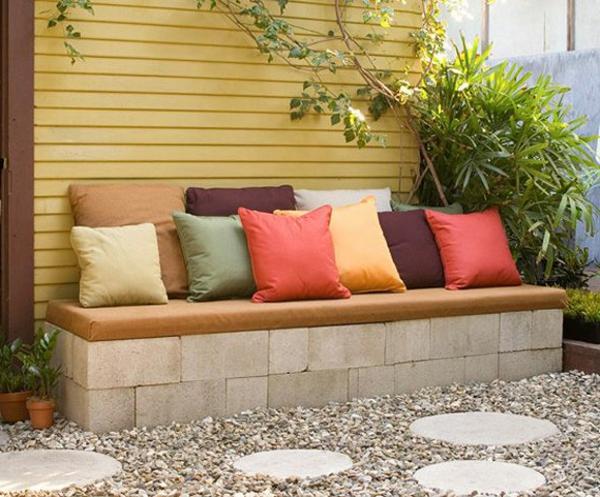 holz sitzbank auf stein garten, sitzecke im garten - relax im grünen! - archzine, Design ideen