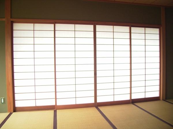 schöne-weiße-moderne-japanische-schiebetüren
