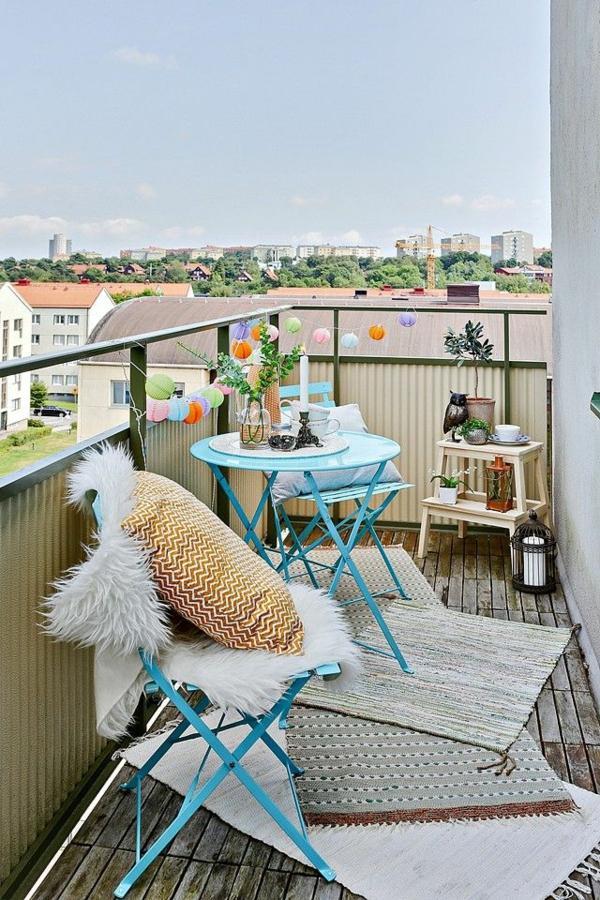 schöner-balkon-bodenbelag-balkon-ideen-balkon-gestalten-balkongestaltung