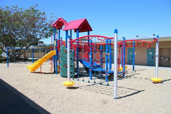 schaukel-mit-rutsche-und-kletterwand-moderner--spielplatz