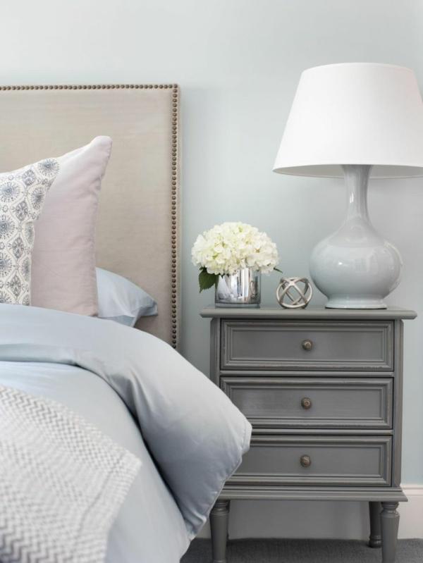 schlafzimmer-inspiration-schlafzimmermöbel-interior-design-ideen-grauer-nachttisch