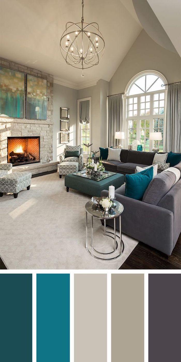Wohnzimmer Einrichtung Farbpalette, von Blau bis Grau, praktische Loungemöbel, runder Kronleuchter, Kamin mit Steinoptik