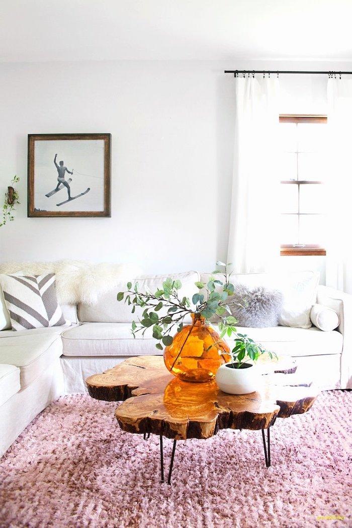 Wohnzimmer gestalten Ideen, weißes Sofa, rosa Teppich, Glasvase und weißer Blumentopf, Bild Skifahrer