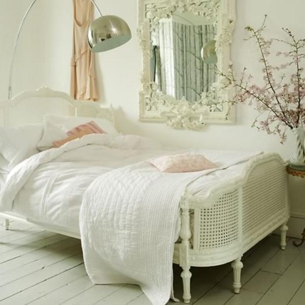 schlafzimmer im landhausstil - barockspiegel neben dem weißen bett