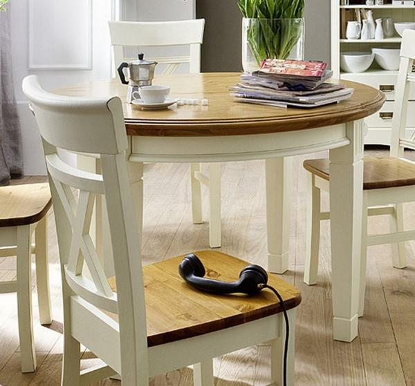 sehr-schönes-modell-vom-esstisch-im-vintage-stil-und-ein-weißer-stuhl-ganz-daneben