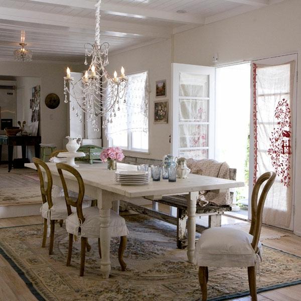 shabbystil - eleganter kristallleuchter über dem weißen tisch im esszimmer