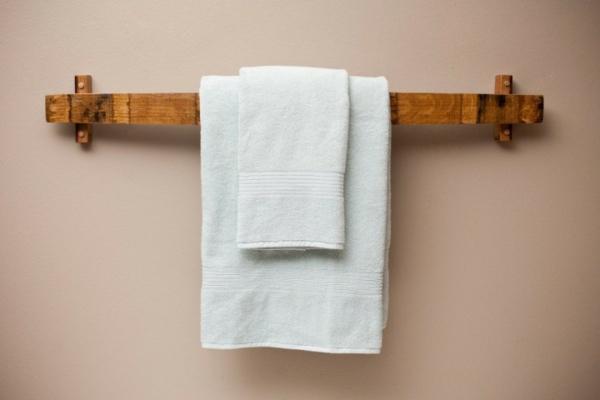 handtuchhalter aus holz tolle modelle f rs badezimmer. Black Bedroom Furniture Sets. Home Design Ideas