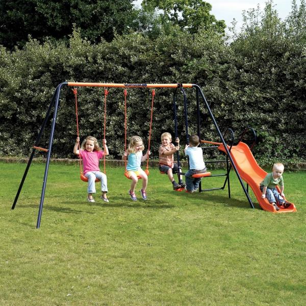 spielplatz-mit-rutsche-und-schaukeln-spaß-für-.die-kinder