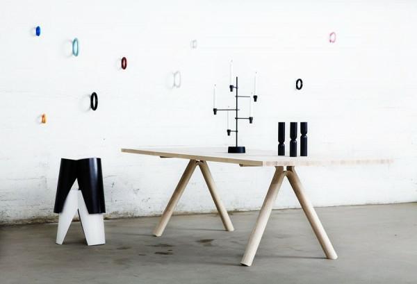 schwedisches Möbel - hölzerner tisch neben einer weißen wand