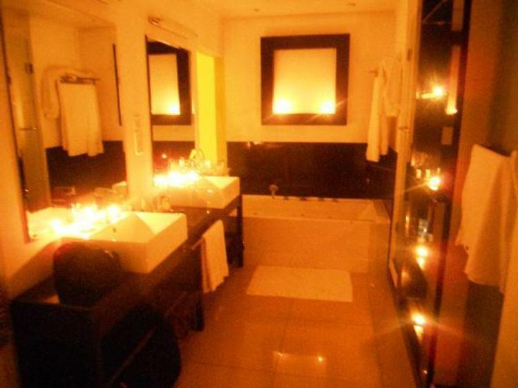 badezimmer-licht-dekoriert-schick-edel-besonders-warm-romantisch-für-spezielle-momente