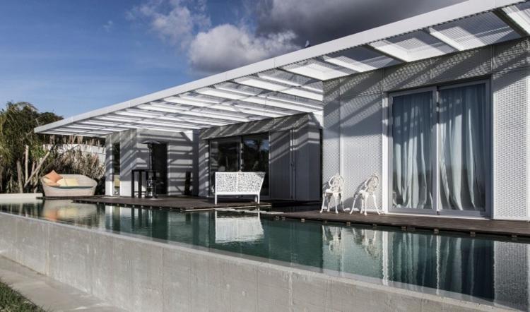 pergola-holz-weiß-edel-schick-modern-design-rippen-pool-garten-terrasse