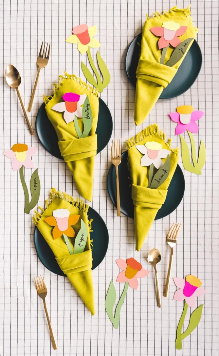 tischdeko frühling, grüne servietten dekroiert mit blumen aus papier, papierblumen
