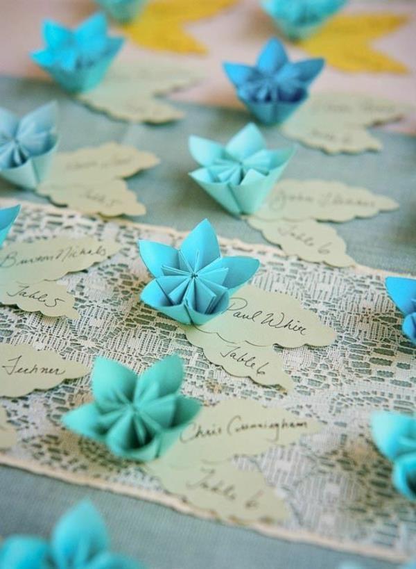 tischdeko-in-weiß-und-blau-ideen-für-tischgestaltung-blaue-papierblumen