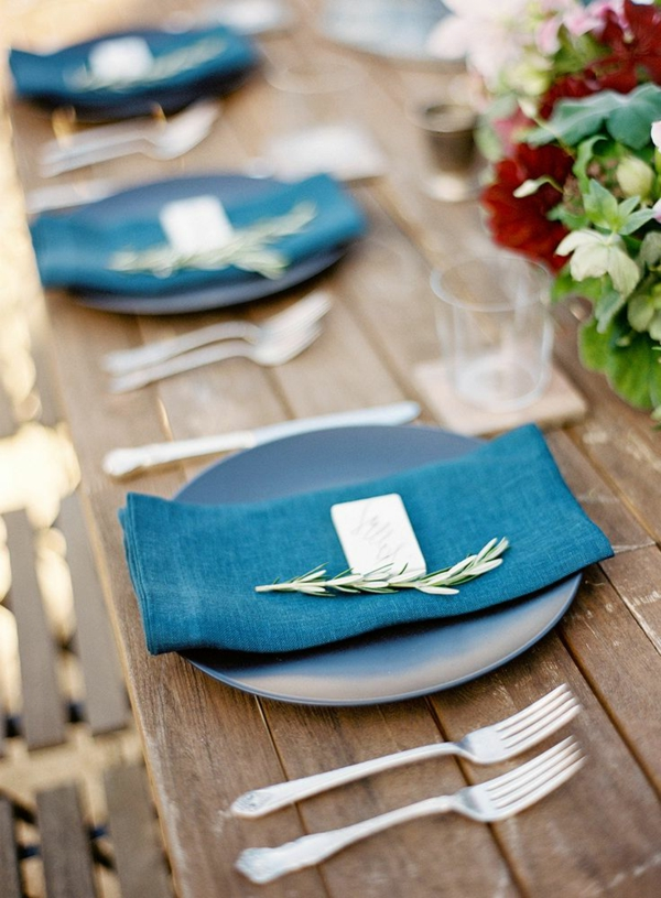 tischdeko-in-weiß-und-blau-ideen-für-tischgestaltung--blaue-servietten