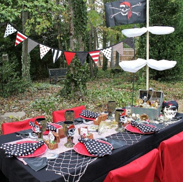 tischdekoration-für-einen-kindergeburtstag-party-deko-im-garten-piraten-thema