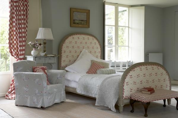 schlafzimmer im landhausstil - auffälliges modell vom bett und ein sessel daneben