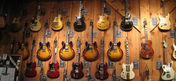 viele-vintage-guitars-an-der-wand