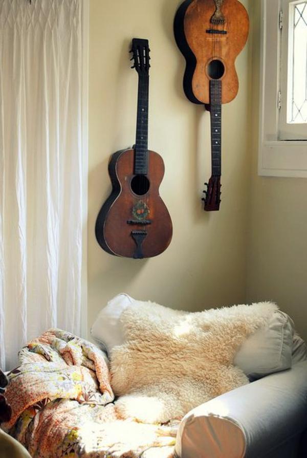 vintage-guitars-an-der-wand-über-einem-sessel