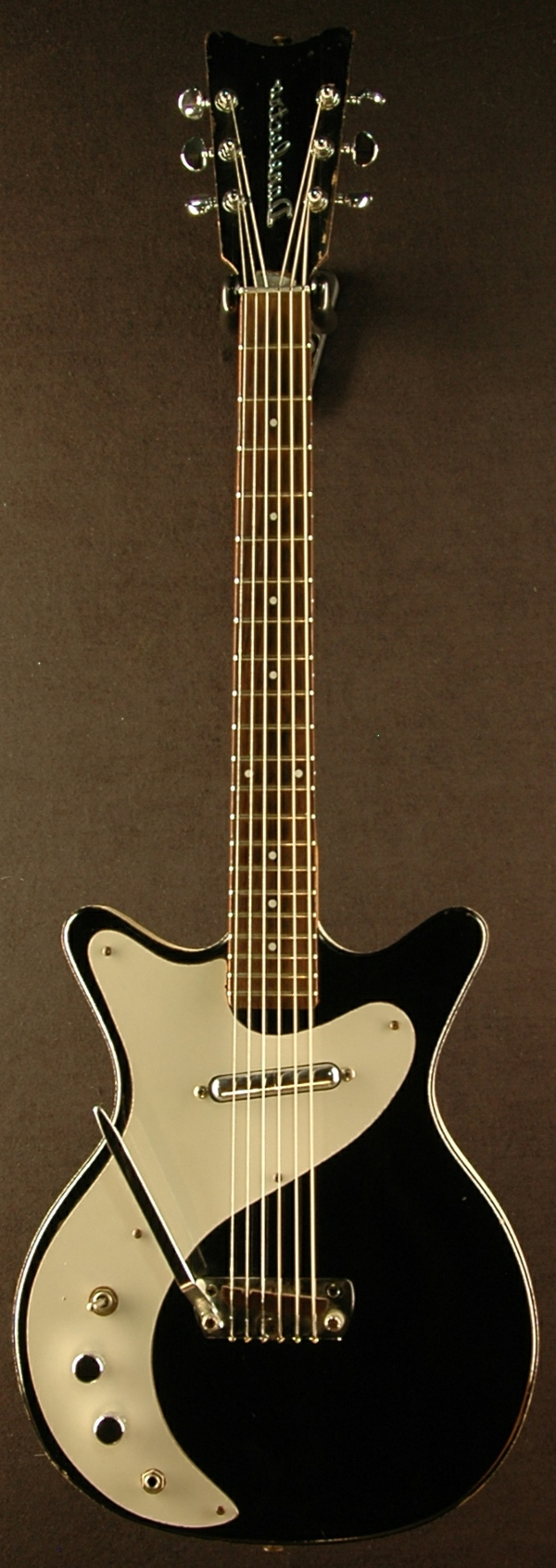vintage-guitars-weiß-schwarze-gestaltung