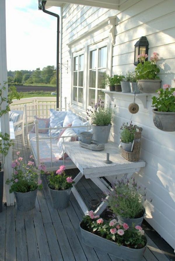 vintage-holzmöbel-weiß-für-den-balkon