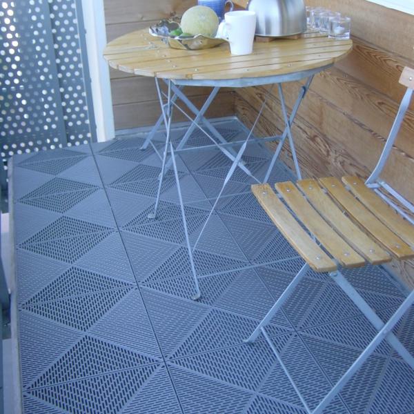 vinyl-boden-in-blauer-farbe-ideen-für-den-balkonboden
