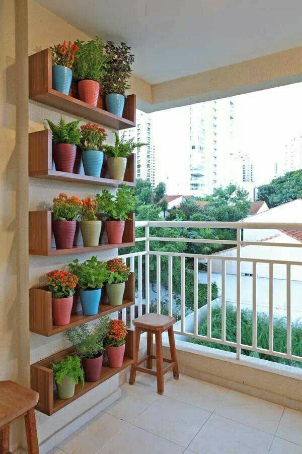 wanddeko-balkon-blumentöpfe-an-der-wand