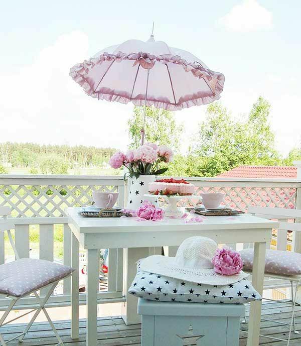 weiße-balkonmöbel-balkon-verschönern-balkon-deko-ideen-balkongestaltung