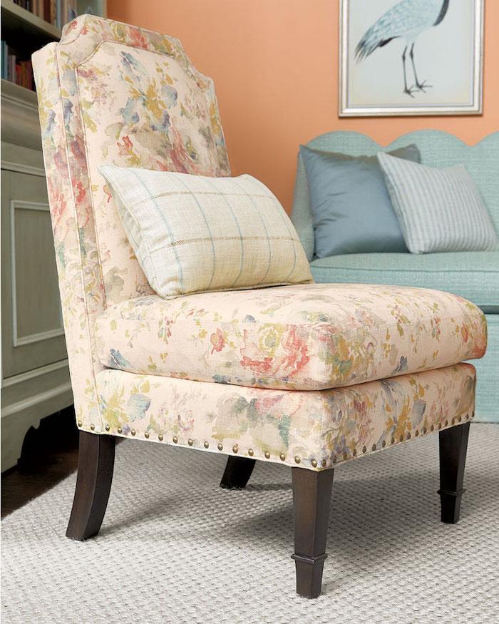 Weißer Sessel mit Blumenmuster, mit Holzbeinen, kariertes Kissen, Sofa in Hellblau, Wandfarbe Orange