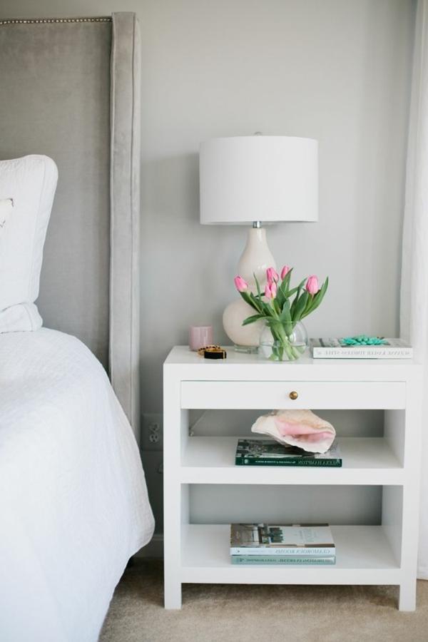 -weißer-stilvoller-nachttisch-aus-holz-schlafzimmer-inspiration-schlafzimmer-einrichten