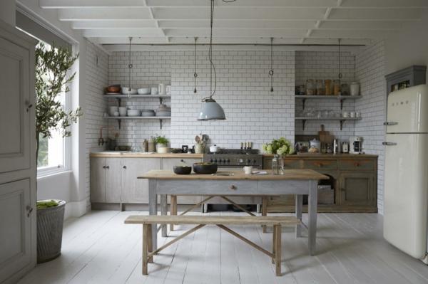 vintage esstisch in einer küche im landhausstil