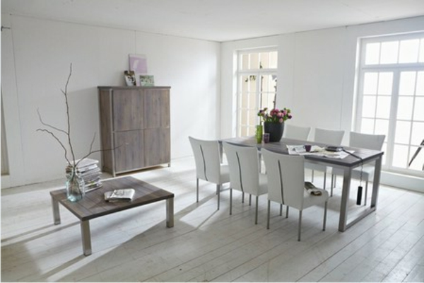 weißes-esszimmer-mit-einem-eleganten-esstisch-im-vintage-stil