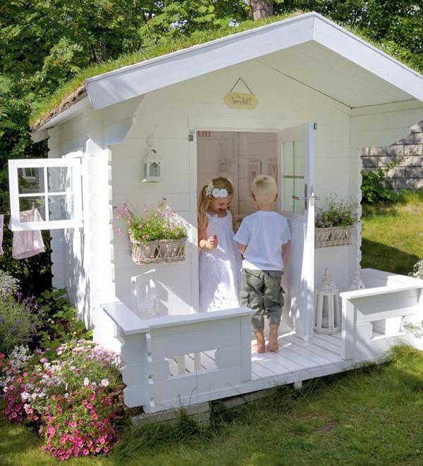 weißes-spielhaus-mit-super-design-spielen-im-garten