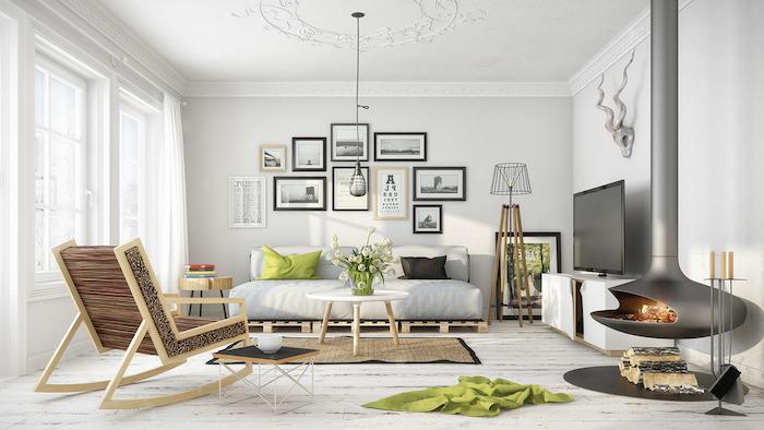 Wohnzimmer in Skandinavischer Wohnstil, Wandfarbe Weiß, Rattan Sofa, viele Bilder an Wand