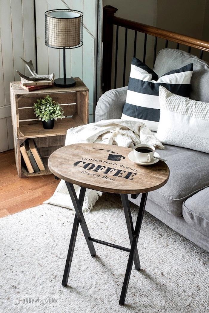 Rustic Wohnzimmer Ideen, kleiner runder Couchtisch, graues Sofa, gestreifte Deko Kissen