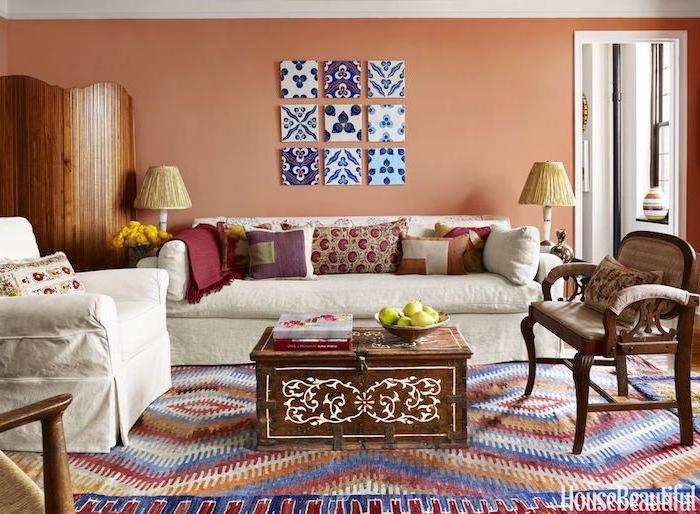 Boho Wohnzimmer einrichten und dekorieren, bunter Teppich und Kissen, Möbel aus Massivholz, weißes Sofa