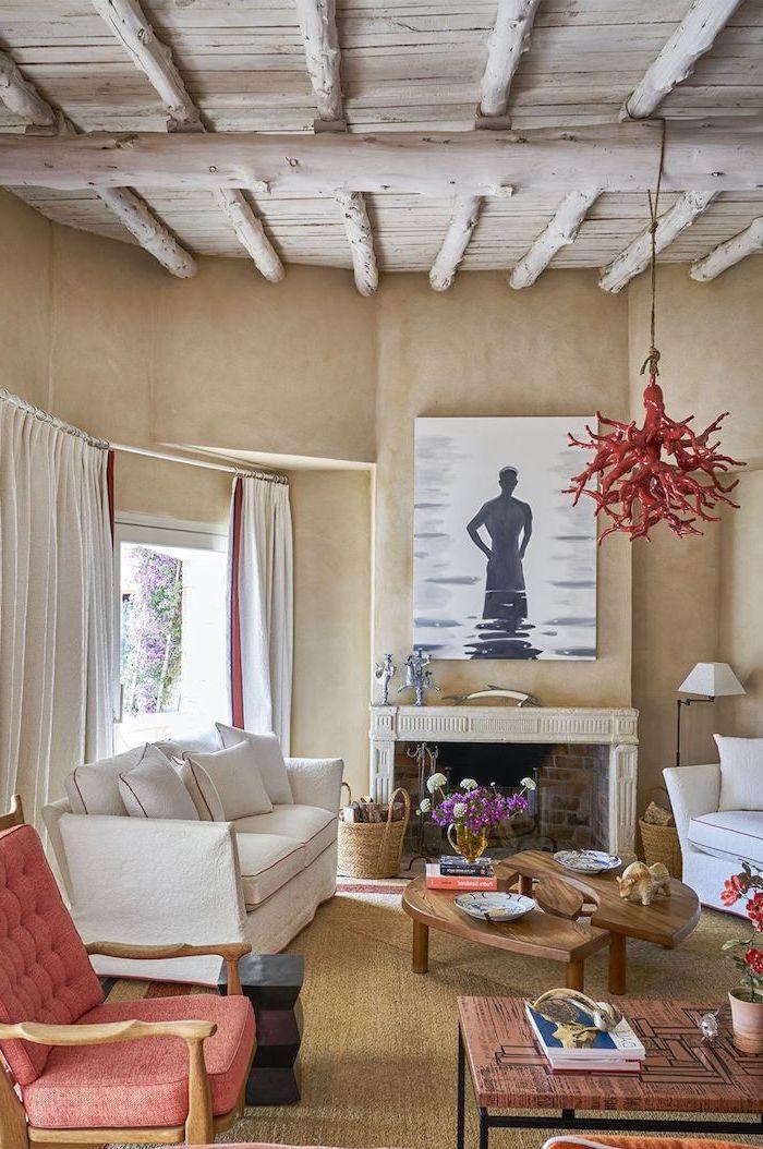 Landhaus Wohnzimmer einrichten, weißes Sofa, niedriger Holztisch, Deko Peperoni Kronleuchter