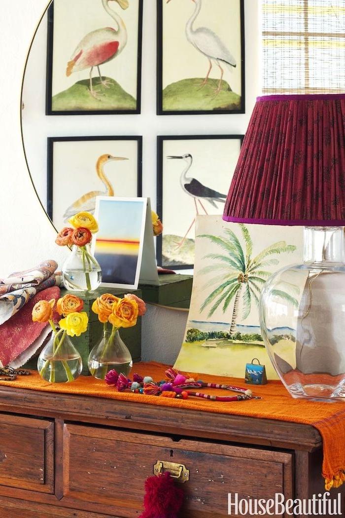 Boho Dekoration Ideen, Vögel Bilder an Wand, Nachttischlampe in Purpurrot, gelbe Blumen in kleinen Glasvasen