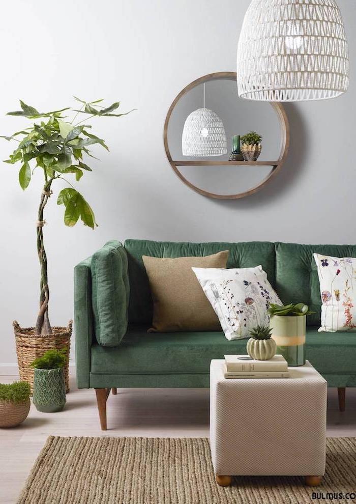 Wohnzimmer Ideen zum Entlehnen, graues Sofa mit kleinen Dekokissen in Weiß und Beige, Grünpflanze in Rattankorb