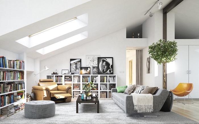 Wohnzimmer in skandinavischer Stil einrichten, Bücherrage und praktische Sitzmöbel, große Grünpflanze