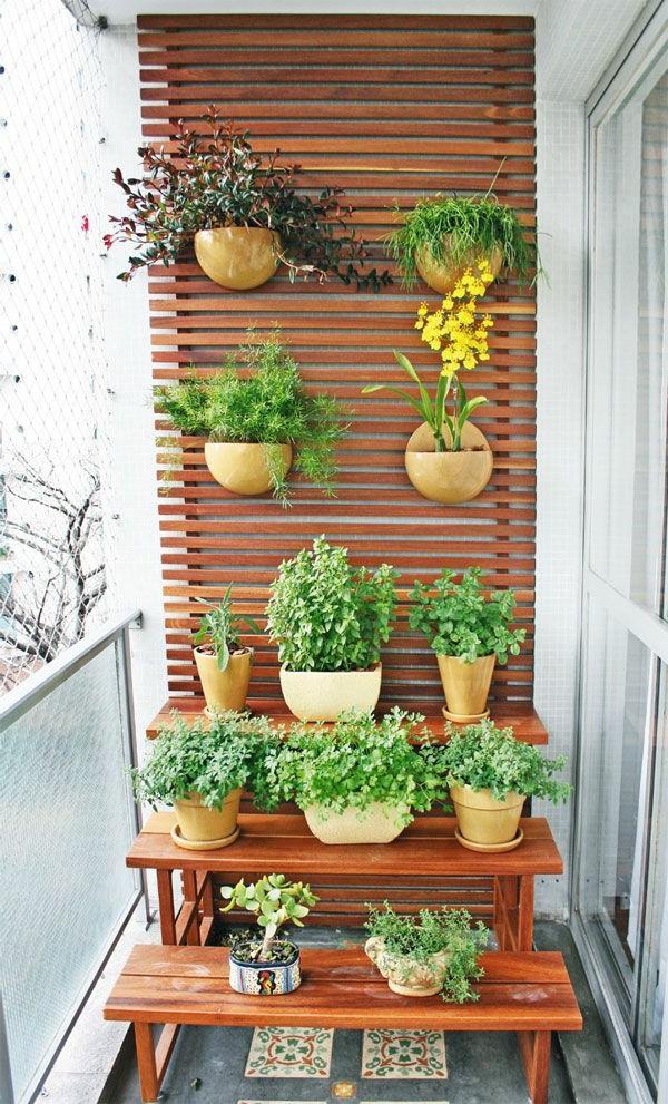 wunderschöne-deko-idee-blumetöpfe-auf-dem-balkon