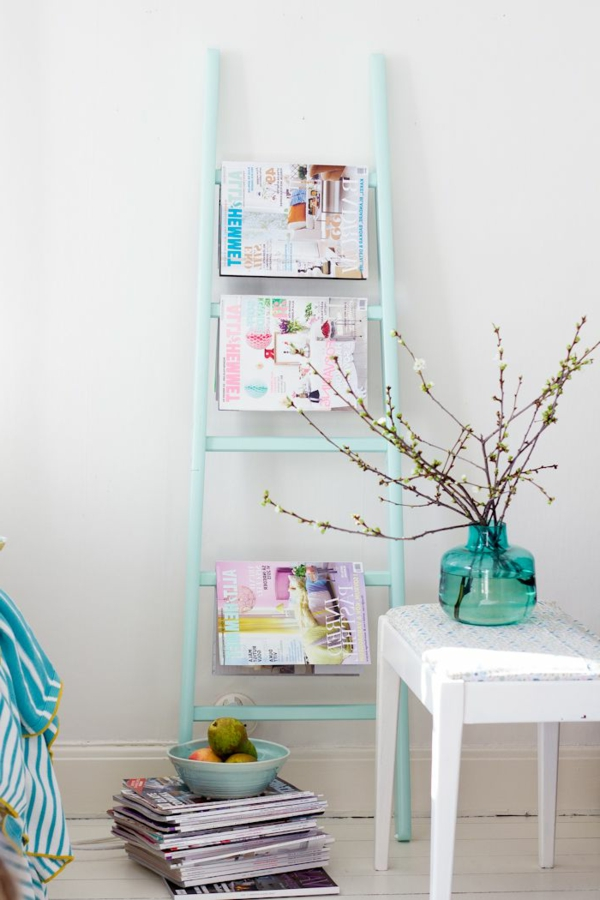 wunderschönes-interior-design-ideen-leiter-holz-in-hellblau-im-wohnzimmer