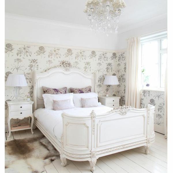französisches bett im weißen eleganten schlafzimmer