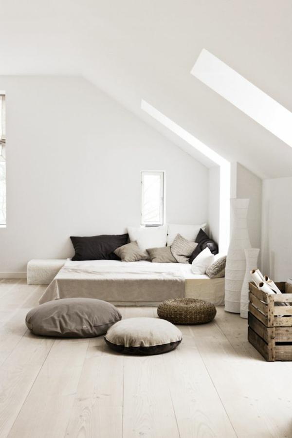 dachwohnung mit einem coolen bett im französischen stil